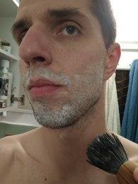 Wyrabianie piany na twarzy przy użyciu pędzla